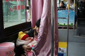 Chiếc xe buýt mơ ước dành cho mẹ bỉm sữa: Có rèm che để các mẹ thoải mái cho con bú