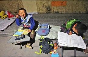 Thấy thương với hình ảnh hai anh em ngồi học bài dưới ánh đèn đường giữa trời rét buốt