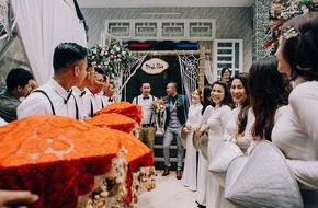 Tiệc đính hôn không giống ai: Phù dâu đội nón lá, phù rể đi tất bảy màu