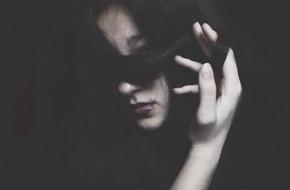 Nụ hôn đầu không như tưởng tượng của gái ngoan