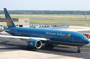 Máy bay Vietnam Airlines chậm 2 giờ vì một  nghi can bị dẫn độ dọa có bom