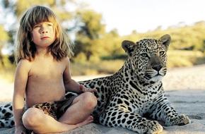 Cuộc sống của cô bé rừng xanh ngoài đời thật, làm bạn với voi châu Phi và chơi cùng báo