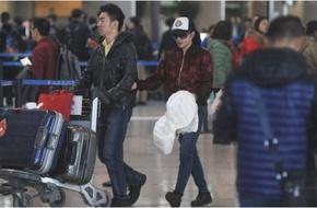 Lưu Hiểu Khánh tình cảm khoác tay trợ lý trẻ tại sân bay