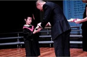Con gái Triệu Vy đĩnh đạc trong lễ tốt nghiệp