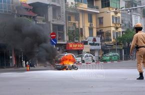 Hà Nội: Xe máy bốc cháy dữ dội giữa ngã tư