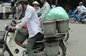 Thạch đen đựng bằng xô giá 10.000 đồng/kg ở chợ Đồng Xuân