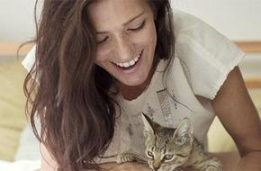 Nhiễm khuẩn dẫn tới mù lòa vì để mèo cưng liếm má