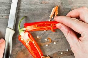 Phải làm gì ngay khi bị dính ớt lên tay và các bộ phận cơ thể khác?