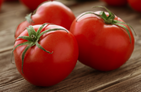 Nhiều người đã dùng cà chua trị mụn, sạch vết thâm, chị em mình sao không học tập?