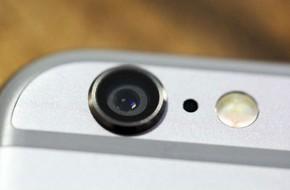 Ai cũng dùng điện thoại thông minh để chụp ảnh mà không hề biết lỗ đen nhỏ xíu cạnh camera là gì
