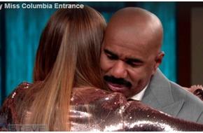 """HH Colombia ôm chầm MC """"thảm họa"""" trong cuộc gặp mới đây nhất"""