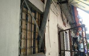 Thanh sắt khoảng 10m đâm thẳng vào nhà, mẹ đang cho con 2 tháng tuổi bú sữa thoát chết trong gang tấc
