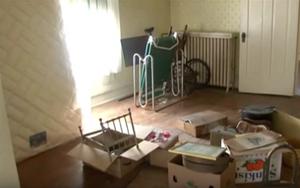 Thu dọn đồ đạc của họ hàng đã khuất, người đàn ông sững sờ tìm thấy cả