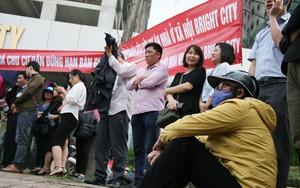 Hà Nội: Hàng trăm cư dân nghỉ việc, treo băng rôn yêu cầu CĐT trả nhà do chậm tiến độ