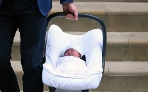Các mẹ trầm trồ với việc Hoàng tử William quấn chăn gọn gàng cho con gái mới sinh nằm trong nôi
