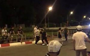 Hà Nội: Hai nhóm thanh niên dùng hung khí chém nhau, một người bất tỉnh, người đi đường hoảng sợ
