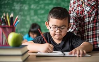 Cha mẹ nên gợi hỏi hơn áp đặt đúng sai khi dạy con