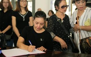 """Chiều Xuân, Lan Hương giàn giụa nước mắt khi đến viếng """"Trùm biệt động Sài Gòn"""""""