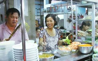 """Con hẻm dài 20 thước """"ăn mải miết"""" vẫn không hết hàng quán ở Sài Gòn"""