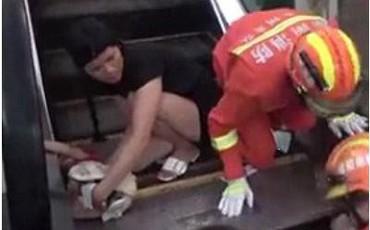 Không cẩn thận khi đi thang cuốn, bé 1 tuổi bị nuốt trọn cánh tay trong vụ tai nạn kinh hoàng
