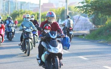Thời tiết trở lạnh như Đà Lạt, người lớn, trẻ nhỏ Sài Gòn mặc áo ấm ra đường