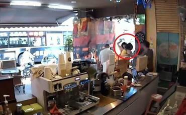 Cô gái 22 tuổi bị một người phụ nữ đi đường tấn công bằng kéo và thái độ sau khi đâm khiến ai cũng ám ảnh