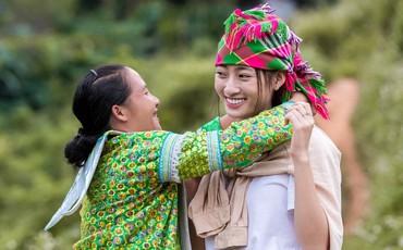 Hoa hậu Lương Thùy Linh để mặt mộc, giản dị đi rẫy ở quê nhà
