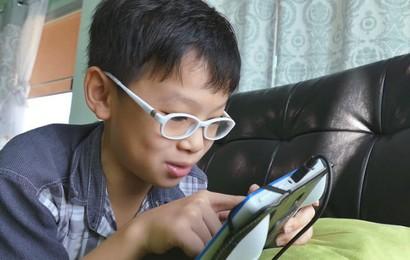 """""""Dán mắt"""" vào điện thoại gây hại cho 2 cậu bé 10 và 15 tuổi đến mức này: Lời cảnh tỉnh cho cả người lớn"""