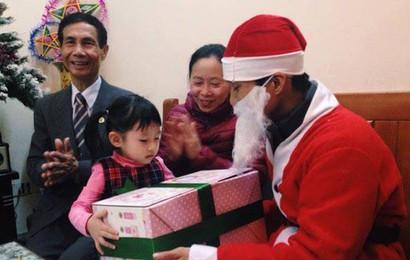 """Có nên thuê """"dịch vụ ông già Noel """" tặng quà cho con trẻ?"""