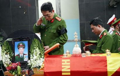 Đồng đội, người thân nghẹn lòng trong giờ phút tiễn biệt Thượng sĩ Chử Văn Khánh - chiến sĩ cứu hoả hi sinh khi làm nhiệm vụ