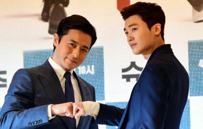 """Lộ nếp nhăn tuổi tác nhưng """"nam thần thanh xuân"""" Jang Dong Gun vẫn là cực phẩm nhan sắc trong ngày họp báo"""