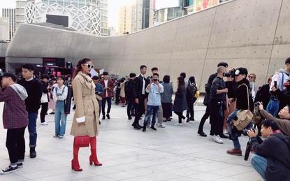 Sau 2 ngày mong ngóng, cuối cùng Phạm Hương đã xuất hiện, giản dị đến bất ngờ tại Tuần lễ thời trang Seoul