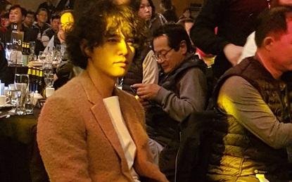 Xuất hiện với tóc xoăn xuề xòa, Won Bin vẫn khiến fan dậy sóng vì quá đẹp trai
