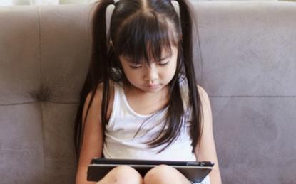 Vào phòng chúc con ngủ ngon, mẹ bàng hoàng phát hiện những gì con xem trong Ipad