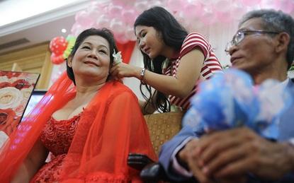 Lầy chồng khuyết tật, phải chờ 25 năm người phụ nữ bình thường này mới được mặc váy cưới