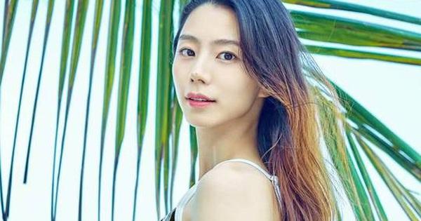 Bà xã Bae Yong Joon khoe dáng vóc gợi cảm trong bộ ảnh chụp tại Đà Nẵng