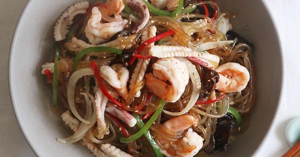 Đầu tuần bận rộn, bữa tối chỉ cần tô miến trộn hải sản cũng vừa no vừa ngon