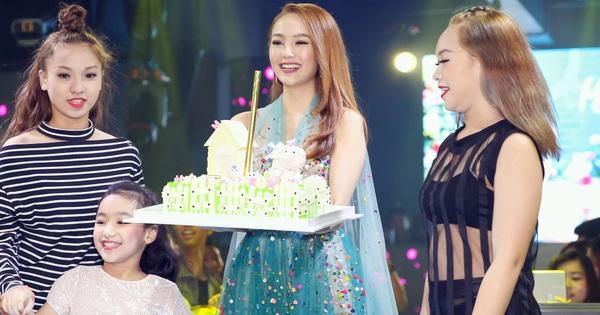 Minh Hằng cười không ngớt trong tiệc sinh nhật muộn cùng fan