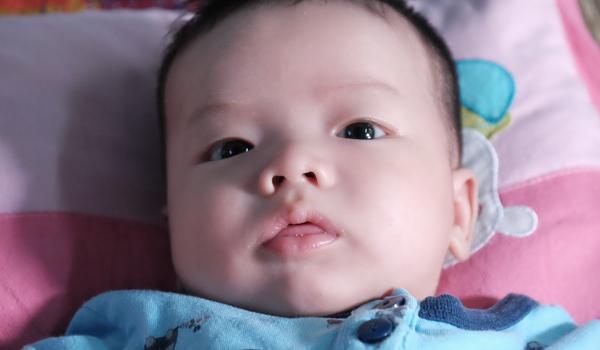 Đứa trẻ 2 tháng tuổi bị bỏ rơi trước cổng chùa.