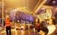 Hà Nội: Người dân đội mưa giữa đêm xem cẩu đầu tàu lên ray đường sắt trên cao