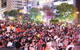 Không pháo hoa, phố đi bộ Nguyễn Huệ vẫn đông nghẹt người tối 30-4
