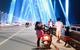 Người dân Hà Nội lên cầu chụp ảnh trong tối đầu tiên cầu Nhật Tân lên đèn triệu sắc màu
