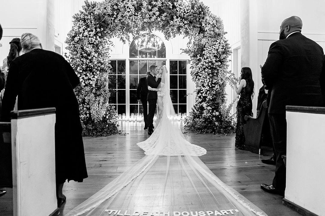 Justin Bieber kỷ niệm 1 năm tổ chức hôn lễ với Hailey Baldwin, tâm sự mùi mẫn và ảnh hiếm tình bể bình được chia sẻ - Ảnh 2.