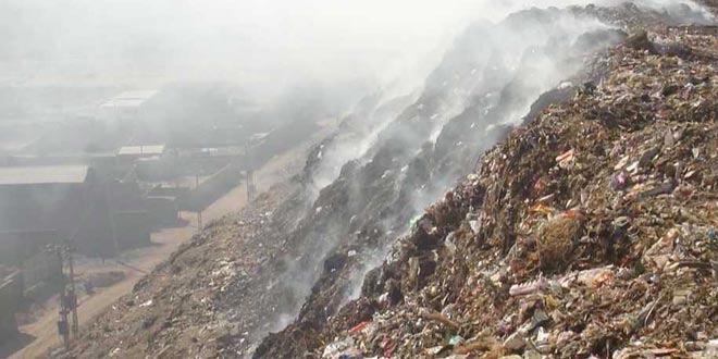 Bé gái 12 tuổi bị chôn sống dưới núi rác cao 30 m ở Ấn Độ - Ảnh 1.