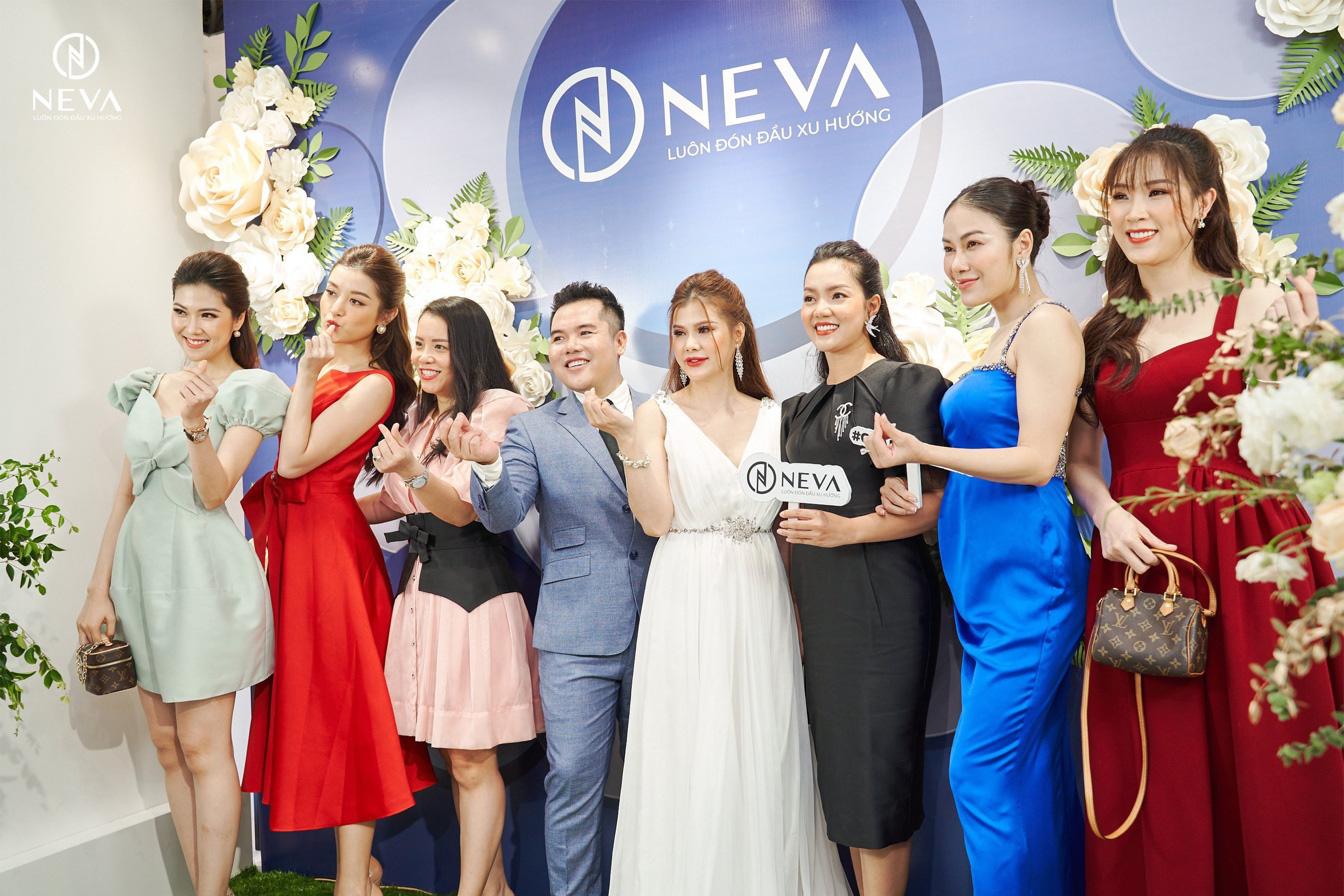"""Neva """"cháy hàng"""" sau vài giờ khai trương showroom 41 Thái Hà với sự tham gia của loạt mỹ nhân Việt - Ảnh 2."""
