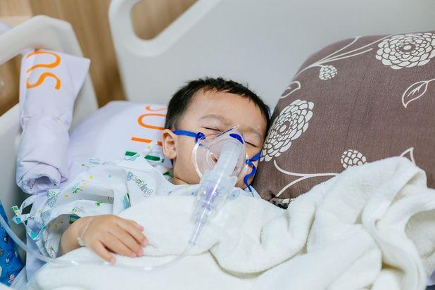 Bố mẹ nên nhớ: Đến 80% các trường hợp trẻ bị viêm tiểu phế quản là do virus và không cần dùng kháng sinh - Ảnh 1.