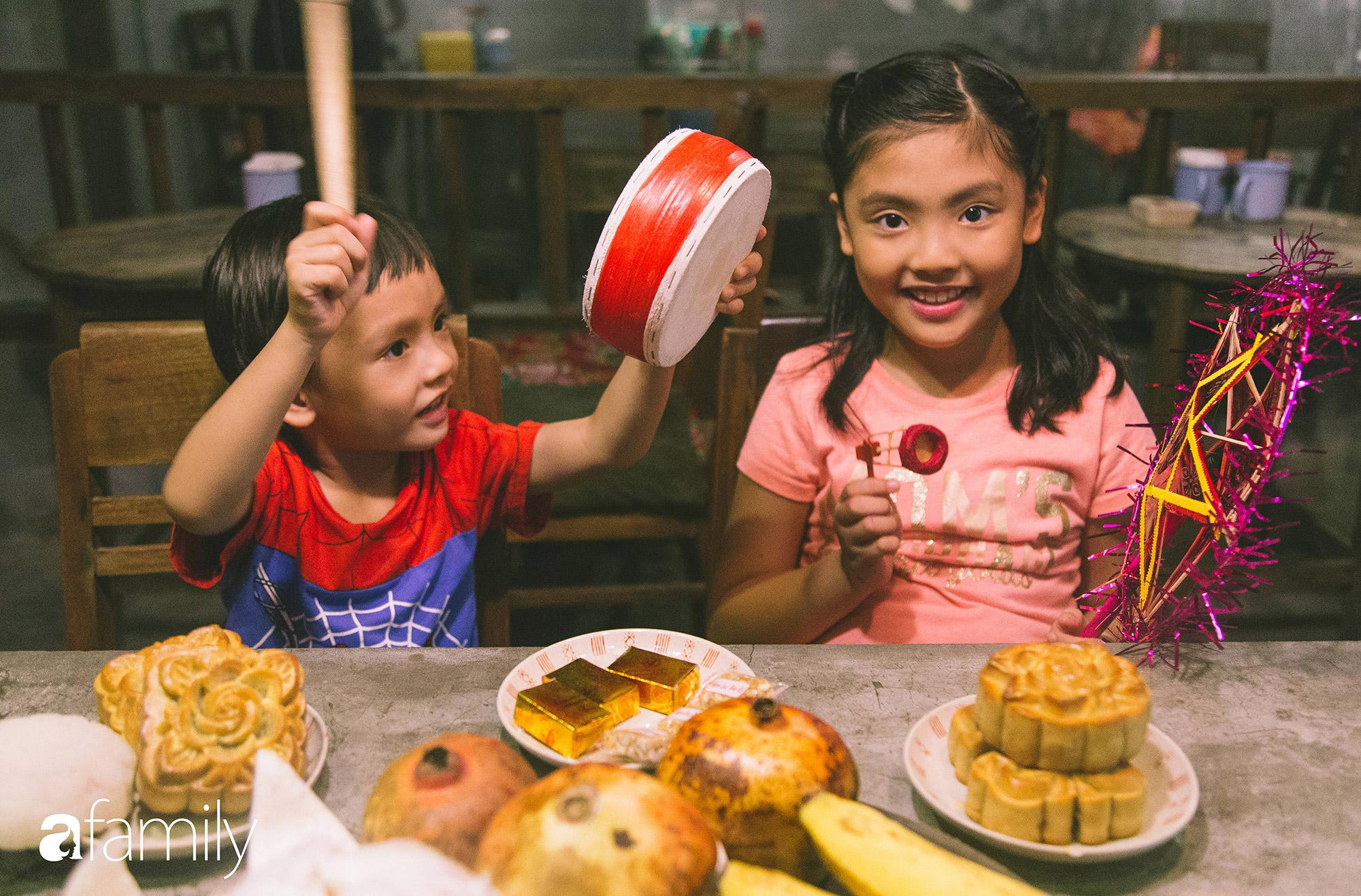 Trung thu cũ xưa ngay giữa lòng Hà Nội, nơi các em nhỏ được tận hưởng niềm vui còn bố mẹ thì được trở lại tuổi thơ chỉ với 40.000 đồng - Ảnh 1.