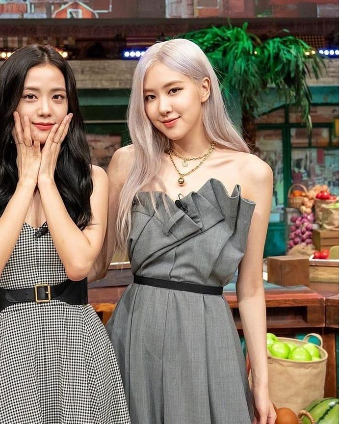 """""""Ngọc nữ"""" mới của Song Joong Ki đụng hàng với Rosé (Black Pink): Không so bì nhan sắc mà cách mix đồ đã thua ngay từ màn """"gửi xe""""  - Ảnh 3."""