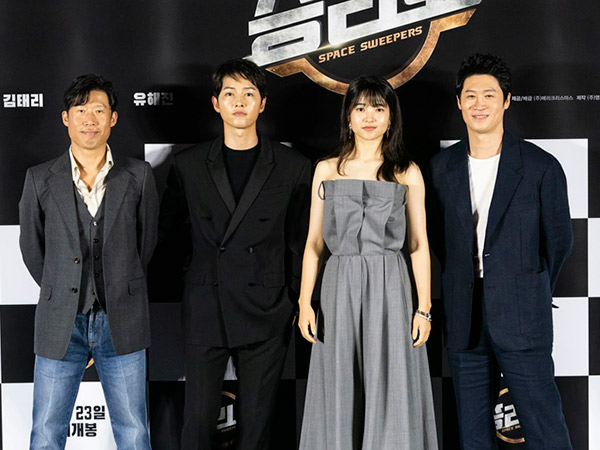 """""""Ngọc nữ"""" mới của Song Joong Ki đụng hàng với Rosé (Black Pink): Không so bì nhan sắc mà cách mix đồ đã thua ngay từ màn """"gửi xe""""  - Ảnh 1."""