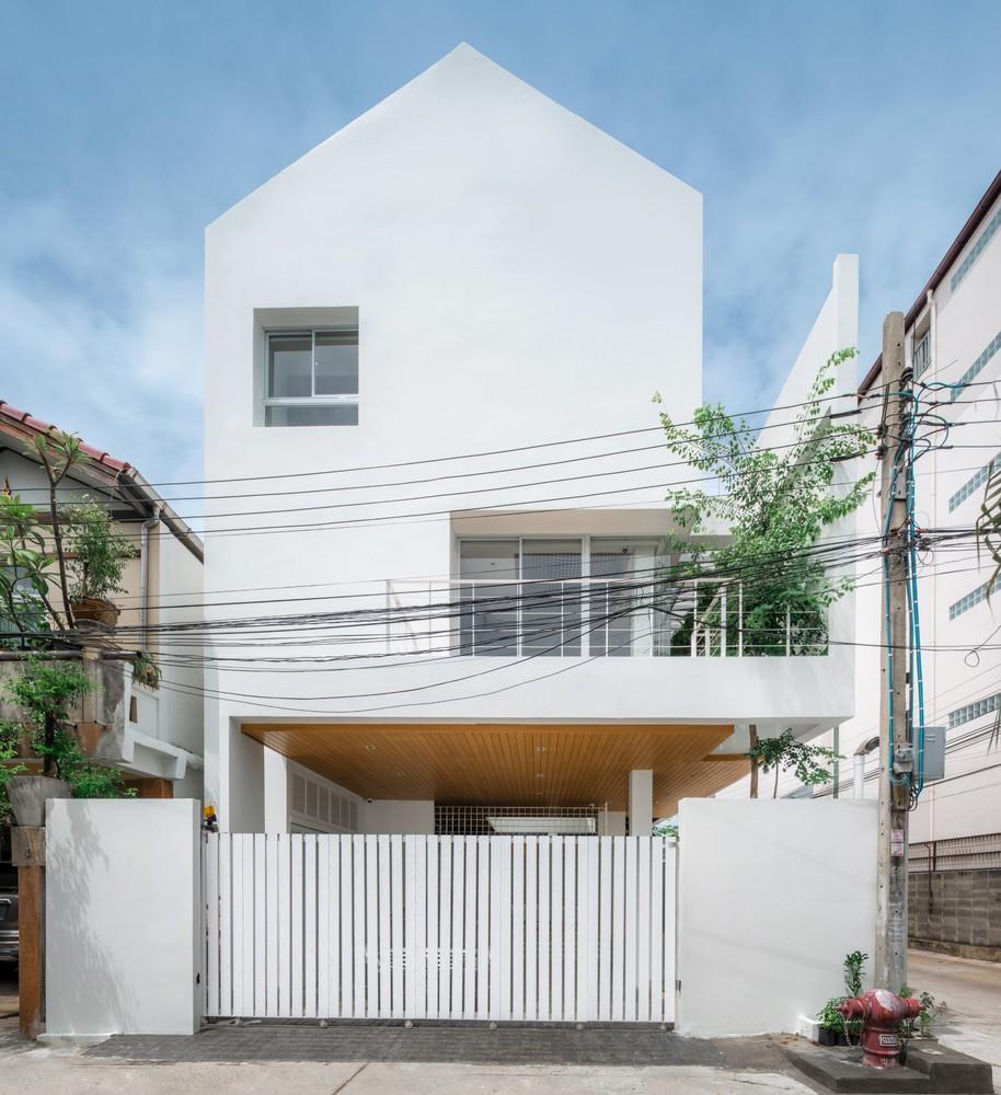 Nhà phố màu trắng tinh khôi tạo dấu ấn bằng những mảng xanh trong lành của vợ chồng dược sĩ - Ảnh 1.